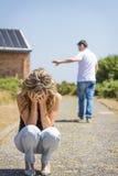Den olyckliga mannen och ilskna kvinnan som lämnar efter, grälar arkivbild