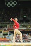 Den olympiska mästaren Aly Raisman av Förenta staterna konkurrerar på balansbommen på allsidig gymnastik för kvinna` s på Rio de  arkivbilder