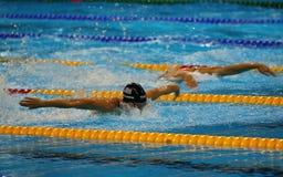 Den olympiska mästaren Dana Vollmer av USA konkurrerar på kvinnornas finalen för relän för den 400 meter medleyn av Rio de Janeir Arkivfoton