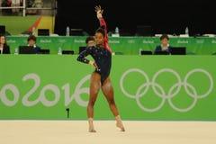 Den olympiska mästaren Gabby Douglas av Förenta staterna konkurrerar på golvövningen under kvalifikation för gymnastik för kvinna royaltyfria foton