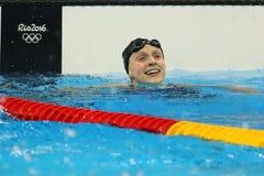 Den olympiska mästaren Katie Ledecky av USA firar seger på kvinnornas den 800m fristilen av Rio de Janeiro 2016 OS Royaltyfria Bilder