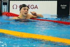 Den olympiska mästaren Katie Ledecky av USA firar seger på kvinnornas den 800m fristilen av Rio de Janeiro 2016 OS Fotografering för Bildbyråer