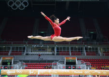 Den olympiska mästaren Laurie Hernandez av Förenta staterna öva på balansbommen för kvinnors allsidiga gymnastik royaltyfria bilder