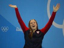 Den olympiska mästaren Lilly King av Förenta staterna firar seger efter finalen för bröstsimen för kvinna` s 100m av Rio de Janei Royaltyfri Foto