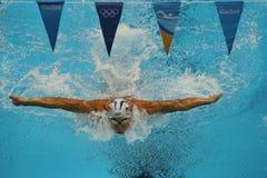 Den olympiska mästaren Michael Phelps av Förenta staterna konkurrerar på männens medleyn för den 200m individen av Rio de Janeiro Arkivfoto