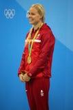 Den olympiska mästaren Pernille Blume av Danmark firar seger under medaljceremoni efter kvinna` s den 50 meter fristilfinalen Royaltyfri Foto