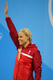 Den olympiska mästaren Pernille Blume av Danmark firar seger under medaljceremoni efter kvinna` s den 50 meter fristilfinalen Fotografering för Bildbyråer
