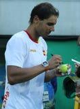 Den olympiska mästaren Rafael Nadal av Spanien ger autografer efter semifinalen för singlar för man` s av Rio de Janeiro 2016 OS Arkivfoto