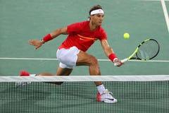 Den olympiska mästaren Rafael Nadal av Spanien i handling under dubbletter för man` s rundar 3 av Rio de Janeiro 2016 OS Royaltyfri Fotografi