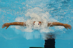 Den olympiska mästaren Ryan Lochte av Förenta staterna konkurrerar på männens relän för medleyn för den 200m individen av Rio de  Arkivbild