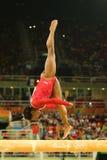 Den olympiska mästaren Simone Biles av Förenta staterna konkurrerar på finalen på den konstnärliga gymnastiken för balansbomkvinn Arkivfoto