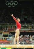 Den olympiska mästaren Aly Raisman av Förenta staterna konkurrerar på balansbommen på kvinnors allsidiga gymnastik på Rio de Jane Arkivfoto