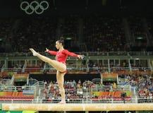 Den olympiska mästaren Aly Raisman av Förenta staterna konkurrerar på balansbommen på kvinnors allsidiga gymnastik på Rio de Jane Arkivbild