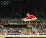 Den olympiska mästaren Aly Raisman av Förenta staterna konkurrerar på balansbommen på kvinnors allsidiga gymnastik på Rio de Jane Royaltyfri Fotografi
