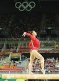 Den olympiska mästaren Aly Raisman av Förenta staterna konkurrerar på balansbommen på kvinnors allsidiga gymnastik på Rio de Jane Arkivbilder