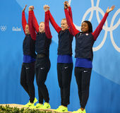 Den olympiska relän för medleyn för ` s 4 100m för mästarelagUSA kvinnor firar seger på Rio de Janeiro 2016 OS Royaltyfria Foton