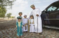 Den omanska familjen klädde för ett tillfälle av Eid Al Fitr Royaltyfria Bilder