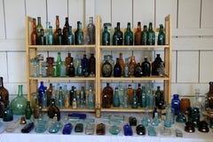 Den omfattande samlingen av antikviteten buteljerar tydligt till salu, Washington County Fair, NY, 2016 royaltyfri foto