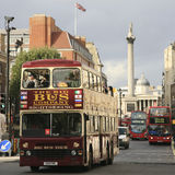 Den Open-top staden turnerar bussen, London Arkivbild