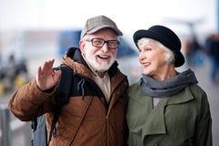 Den optimistiska höga damen och den åldriga gentlemannen tycker om tid tillsammans royaltyfri foto