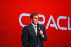 Den Oracle presidenten Mark Hurd gör anförande på den Oracle OpenWorld konferensen Arkivbild