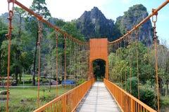 Den orange bron igenom till berget på Vang Vieng Laos Arkivbilder