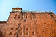 Den orange byggnaden och det slumpmässiga fönstret Fotografering för Bildbyråer
