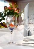 Den orange fisken simmar i ett exponeringsglas Royaltyfri Fotografi