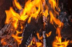Den orange flamman tränger igenom den brända ljusa branden för bräden Fotografering för Bildbyråer