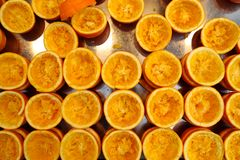 Den orange fruktsaften som har pressats ordnad överst av rostfritt stål royaltyfri fotografi