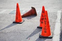Den orange kotten (pylon) med ingen parkering, saktar och varnar tecknet Arkivbilder