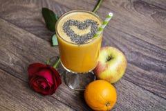 Den orange smoothien med äpplekiwin och steg sund livstid för begrepp arkivbilder