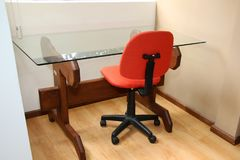 Den orange stolen och tabellen royaltyfri foto