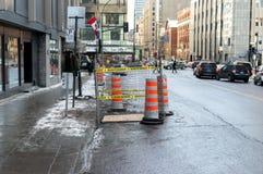 Den orange trafikkotten på trottoaren i i stadens centrum Montreal Fotografering för Bildbyråer