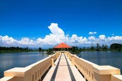 Den orange triangulära paviljongen lokaliseras i mitt av wen fotografering för bildbyråer