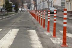 Den orange vägen undertecknar in en huvudväg på rekonstruktion royaltyfria foton