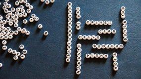 Den ord`-Hello `en som göras av runda plast- kvarter i olika språk Arkivbilder