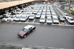 Den ordningsamma taxien parkerar, Tokyo, Japan royaltyfri foto