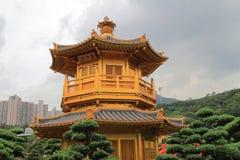 Den orientaliska guld- paviljongen av chien Lin Nunnery och kines arbeta i trädgården, Royaltyfri Foto