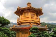 Den orientaliska guld- paviljongen av chien Lin Nunnery och kines arbeta i trädgården, Arkivfoton