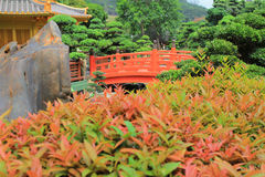 Den orientaliska guld- paviljongen av chien Lin Nunnery och kines arbeta i trädgården, Royaltyfria Foton