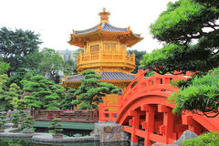 Den orientaliska guld- paviljongen av chien Lin Nunnery och kines arbeta i trädgården, Fotografering för Bildbyråer