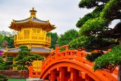 Den orientaliska guld- paviljongpagoden i Hong Kong Royaltyfri Foto