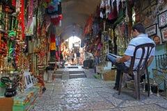 Den orientaliska marknaden i gamla Jerusalem erbjuder vari Arkivfoton