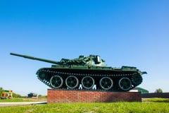 Den original- behållaren T-72 av det andra världskriget som står i mitt den polska staden Det är ett symbol den kampen Royaltyfri Fotografi
