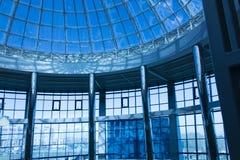 Den original- designen av exponeringsglas och metall i form av en kupol av en skyskrapa, blå himmel Royaltyfri Foto