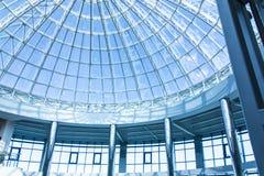 Den original- designen av exponeringsglas och metall i form av en kupol av en skyskrapa, blå himmel Royaltyfri Fotografi