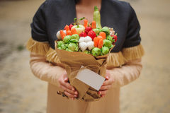 Den original- ovanliga ätliga grönsak- och fruktbuketten med kortet i kvinnahänder Arkivbilder