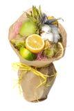 Den original- ovanliga ätliga grönsak- och fruktbuketten som isoleras på vit Fotografering för Bildbyråer