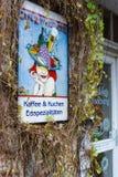 """Den original- skylten """"kafé Rothenburg"""". Arkivbild"""